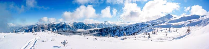 Άποψη πανοράματος ενός ηλιόλουστου και φρέσκου χιονισμένου mountaintop σε Flachau, Αυστρία στοκ εικόνα