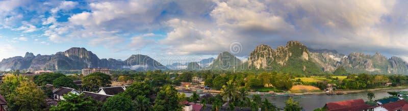 Άποψη πανοράματος και όμορφο τοπίο σε Vang Vieng, Λάος στοκ εικόνες