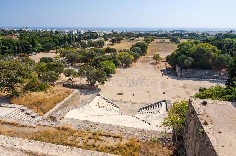 Άποψη πανοράματος πέρα από το αρχαία θέατρο και το στάδιο στη Ρόδο στοκ εικόνες με δικαίωμα ελεύθερης χρήσης