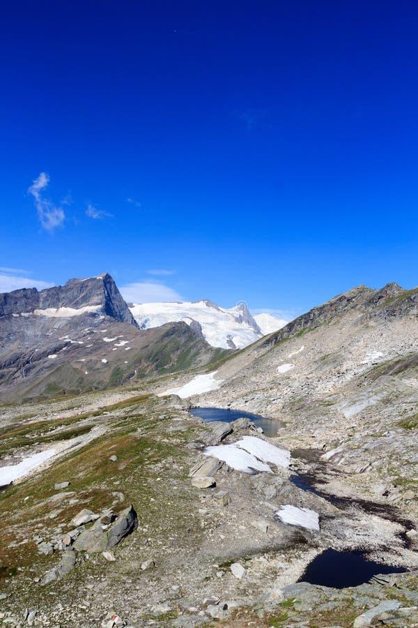 Άποψη πανοράματος παγετώνων βουνών με τη λίμνη, την κορυφή Grossvenediger και Kristallwand, Άλπεις Hohe Tauern, Αυστρία στοκ εικόνα