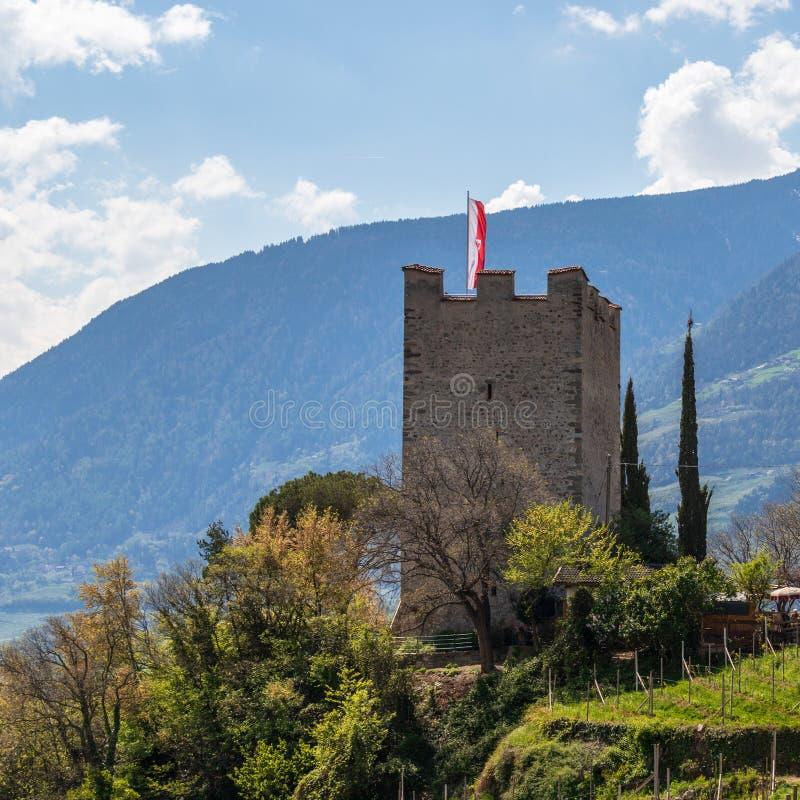 Άποψη πανοράματος σχετικά με τον πύργο σκονών Pulverturm του παλαιού κάστρου μέσα στην κοιλάδα και τις Άλπεις του Meran Landscape στοκ φωτογραφίες