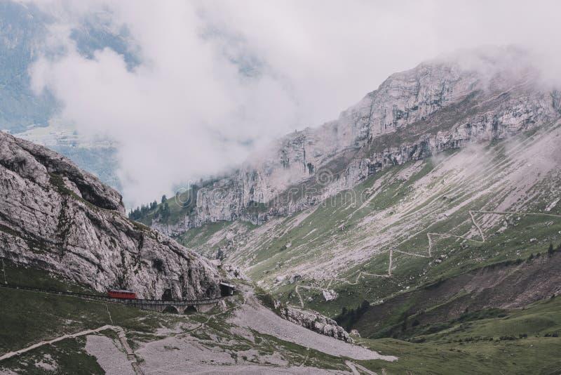 Άποψη πανοράματος της σκηνής βουνών από τοπ Pilatus Kulm σε Λουκέρνη στοκ εικόνα