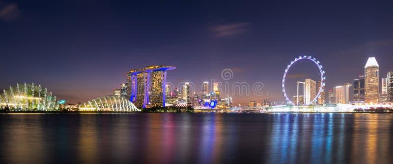 Άποψη πανοράματος της στο κέντρο της πόλης περιοχής επιχειρησιακών κτηρίων τη νύχτα στη Σιγκαπούρη στοκ εικόνα