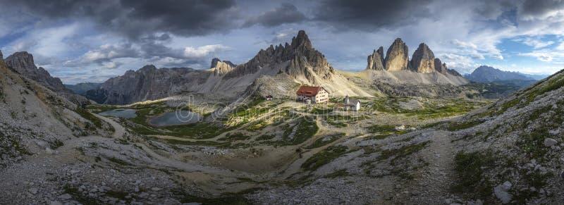 Άποψη πανοράματος τοπίων του σπιτιού και του βουνού με το μπλε ουρανό στο καλοκαίρι από το CIME Tre, δολομίτες, Ιταλία στοκ φωτογραφίες