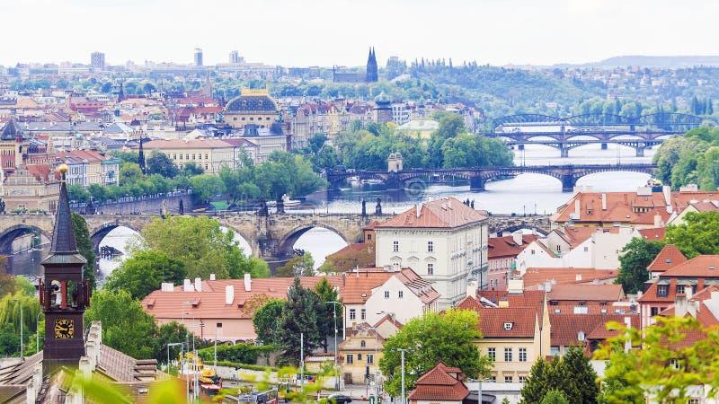 Άποψη πανοράματος των γεφυρών της Πράγας στοκ φωτογραφίες