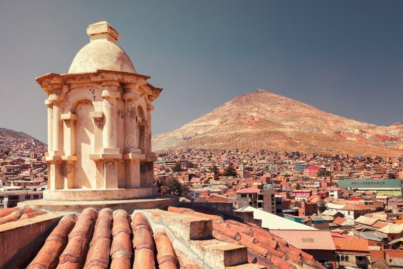 Άποψη πανοραμική των ασημένιων ορυχείων Cerro Rico στο βουνό από την εκκλησία του Σαν Φρανσίσκο στο Ποτόσι, Βολιβία στοκ εικόνα