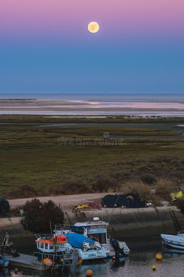 Άποψη πανσελήνων λυκόφατος σε Fuseta, Πορτογαλία στοκ φωτογραφία με δικαίωμα ελεύθερης χρήσης