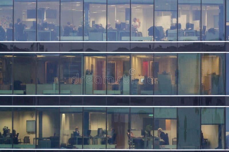 Άποψη παραθύρων γραφείων σχετικά με τους εργαζόμενους στοκ εικόνα με δικαίωμα ελεύθερης χρήσης