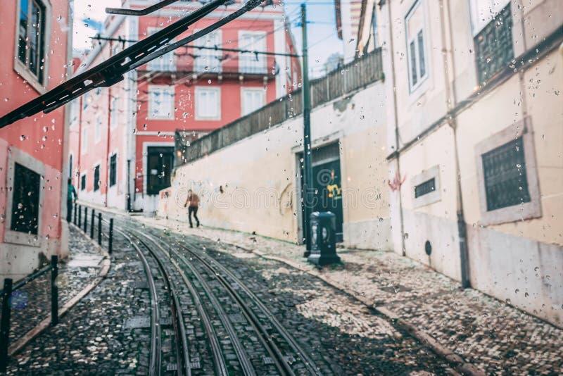 Άποψη παραθύρων τροχιοδρομικών γραμμών της οδού με τις ράγες τραμ και τα παλαιά σπίτια στη Λισσαβώνα, Πορτογαλία στοκ εικόνες με δικαίωμα ελεύθερης χρήσης