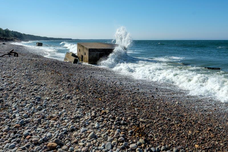 Άποψη παραλιών, παράκτιες υπερασπίσεις στην παραλία Burghead στοκ φωτογραφία