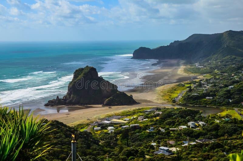 Άποψη παραλιών Piha από την επιφυλακή με το μπλε ουρανό με τα άσπρα σύννεφα ανωτέρω, γη του βορρά, βόρειο νησί, Νέα Ζηλανδία στοκ εικόνα με δικαίωμα ελεύθερης χρήσης