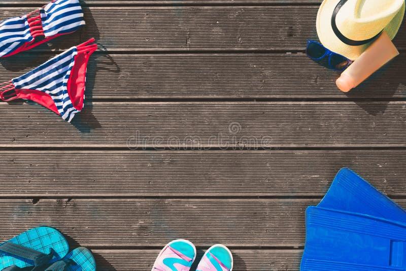 Άποψη περικοπών του θερινού ιματισμού Καπέλο Θηλυκό κολυμπώντας κοστούμι τα απομονωμένα απεικόνιση σανδάλια πτώσεων κτυπήματος πα στοκ φωτογραφία με δικαίωμα ελεύθερης χρήσης