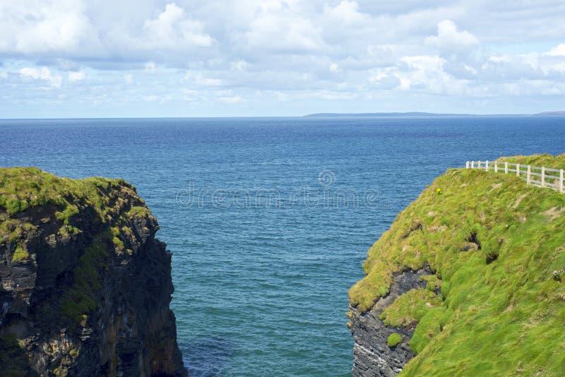 Άποψη περιπάτων απότομων βράχων σχετικά με τον όμορφο άγριο ατλαντικό τρόπο στοκ φωτογραφίες με δικαίωμα ελεύθερης χρήσης
