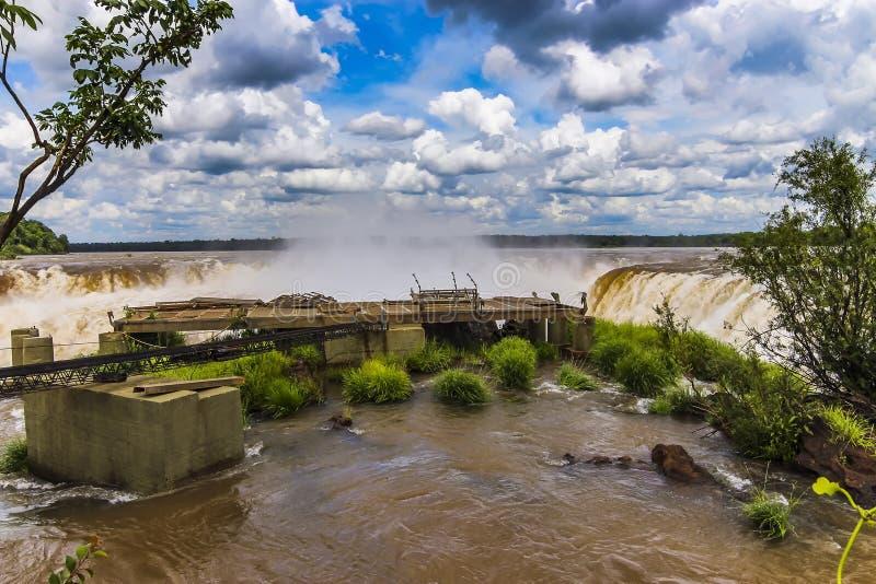 Άποψη πλατφορμών των πτώσεων Iguazu κάτω από την κατασκευή στοκ φωτογραφία