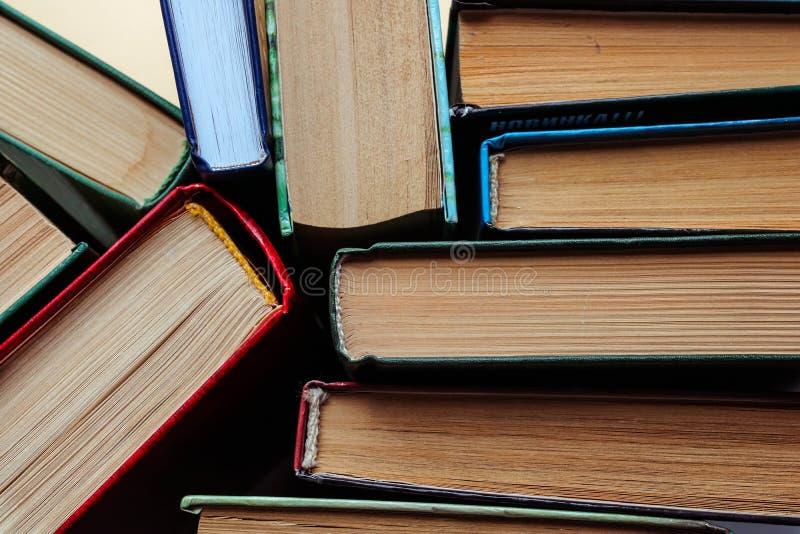 Άποψη πολλών βιβλίων frome ανωτέρω Χρησιμοποιημένος ως εκπαιδευτικό υπόβαθρο στοκ εικόνα με δικαίωμα ελεύθερης χρήσης