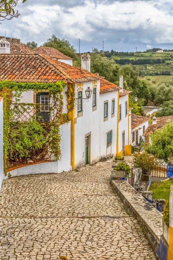 Άποψη πορτογαλικά ιδιωματικά κτήρια στο μεσαιωνικό χωριό μέσα στο φρούριο και το ρωμαϊκό κάστρο Luso «bidos à στοκ εικόνα