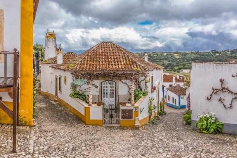 Άποψη πορτογαλικά ιδιωματικά κτήρια στο μεσαιωνικό χωριό μέσα στο φρούριο και το ρωμαϊκό κάστρο Luso «bidos à στοκ φωτογραφία με δικαίωμα ελεύθερης χρήσης