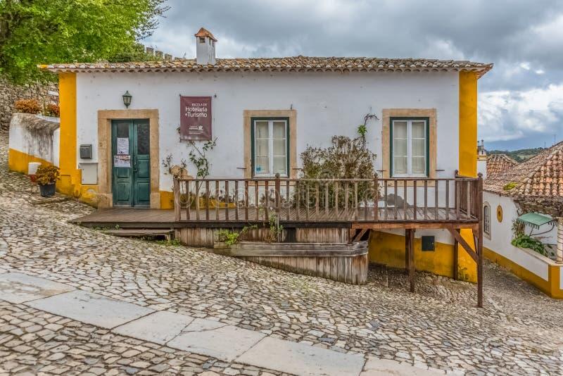 Άποψη πορτογαλικά ιδιωματικά κτήρια στο μεσαιωνικό χωριό μέσα στο φρούριο και το ρωμαϊκό κάστρο Luso «bidos à στοκ εικόνες