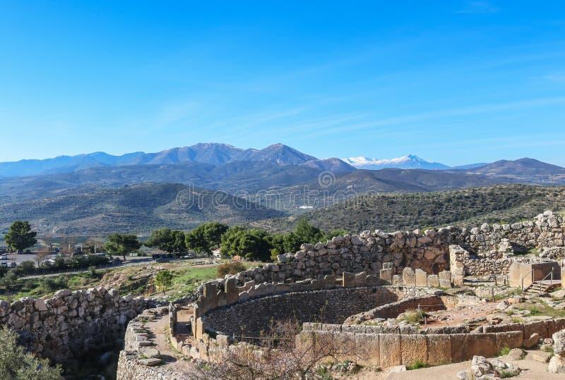 Άποψη που εξετάζει κάτω Mycenae Ελλάδα - η ενισχυμένη ακρόπολη τοποθετήθηκε πέρα από την εύφορη πεδιάδα Argolis κοντά στην ακτή στοκ φωτογραφίες με δικαίωμα ελεύθερης χρήσης