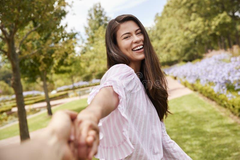 Άποψη που πυροβολείται του ρομαντικού ζεύγους που περπατά στο πάρκο από κοινού στοκ εικόνες