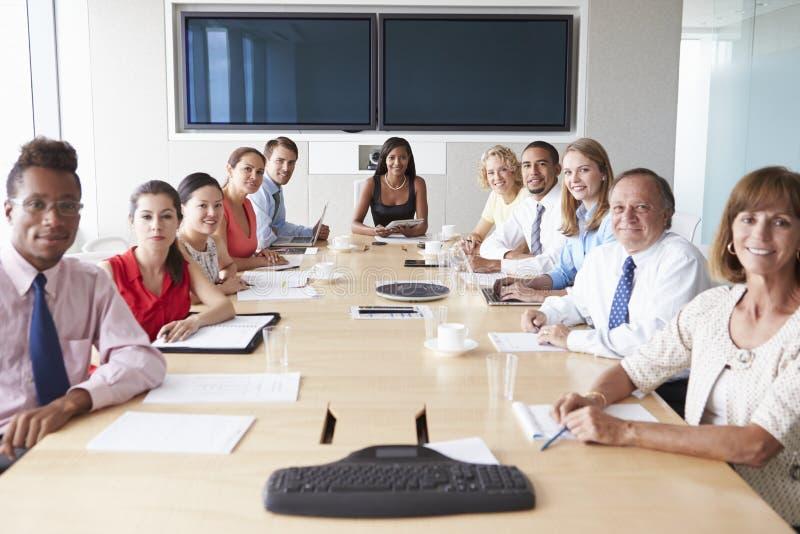 Άποψη που πυροβολείται Businesspeople γύρω από τον πίνακα αιθουσών συνεδριάσεων στοκ εικόνες