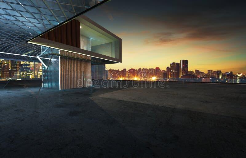 Άποψη προοπτικής του κενού πατώματος τσιμέντου με το σύγχρονο εξωτερικό οικοδόμησης χάλυβα και γυαλιού ελεύθερη απεικόνιση δικαιώματος