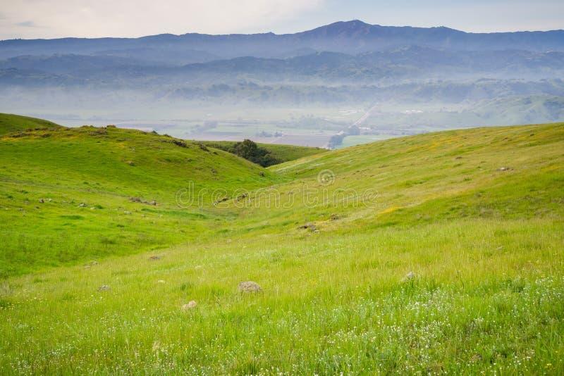 Άποψη προς την κοιλάδα και η Loma Prieta αιχμή από τους λόφους της κορυφογραμμής κογιότ, San Jose, κόλπος του νότιου Σαν Φρανσίσκ στοκ φωτογραφία με δικαίωμα ελεύθερης χρήσης
