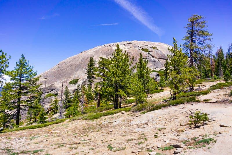 Άποψη προς το θόλο φρουρών από το ίχνος πεζοπορίας, εθνικό πάρκο Yosemite, οροσειρά βουνά της Νεβάδας, Καλιφόρνια στοκ φωτογραφίες