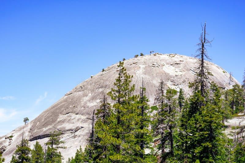 Άποψη προς το θόλο φρουρών από το ίχνος πεζοπορίας, εθνικό πάρκο Yosemite, οροσειρά βουνά της Νεβάδας, Καλιφόρνια στοκ φωτογραφίες με δικαίωμα ελεύθερης χρήσης