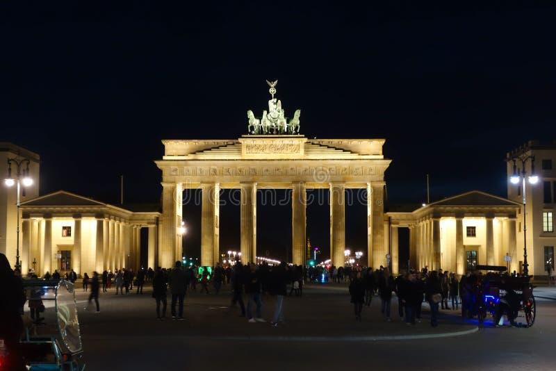 Άποψη πυλών του Βραδεμβούργου μπροστινή τη νύχτα στοκ εικόνα