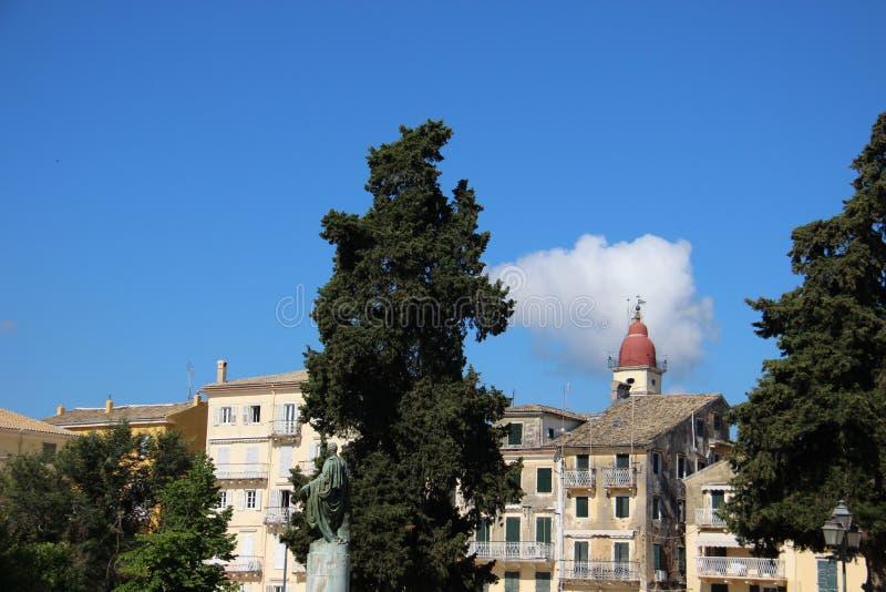 Άποψη πόλεων Παλαιό ιστορικό κτήριο με το πεύκο στοκ φωτογραφία