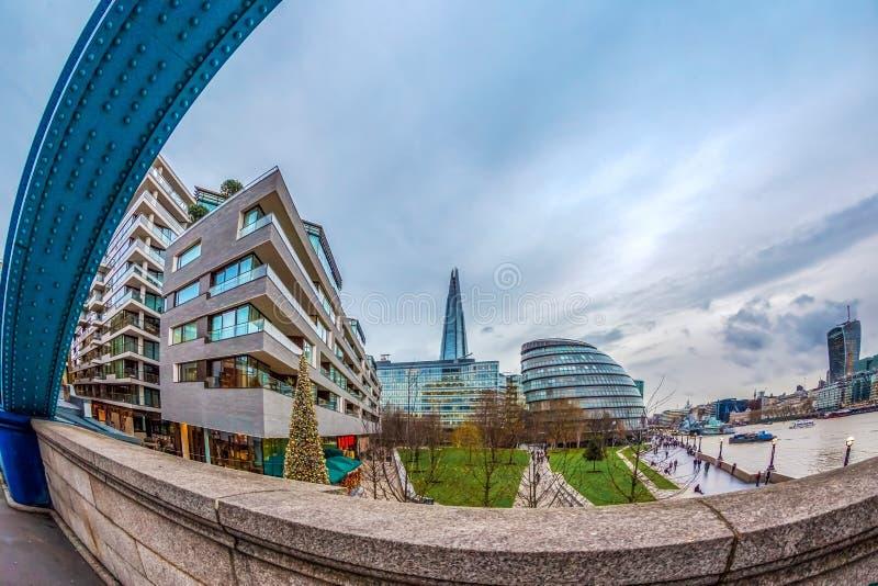 Άποψη πόλεων του Λονδίνου πέρα από τον ποταμό Τάμεσης από τη γέφυρα πύργων στοκ εικόνες