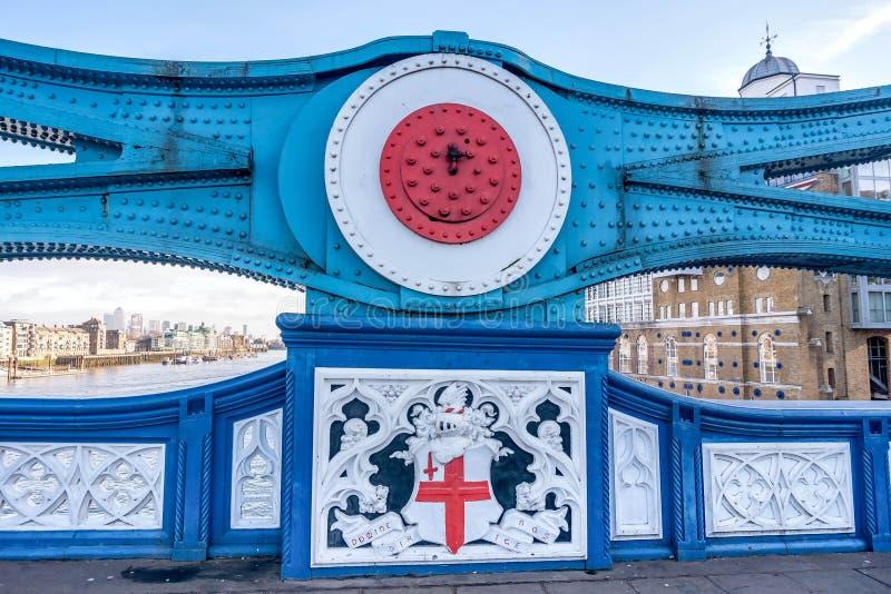 Άποψη πόλεων του Λονδίνου πέρα από τον ποταμό Τάμεσης από τη γέφυρα πύργων στοκ φωτογραφίες