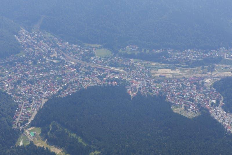 Άποψη πόλεων Busteni από το σταυρό Caraiman στοκ εικόνα