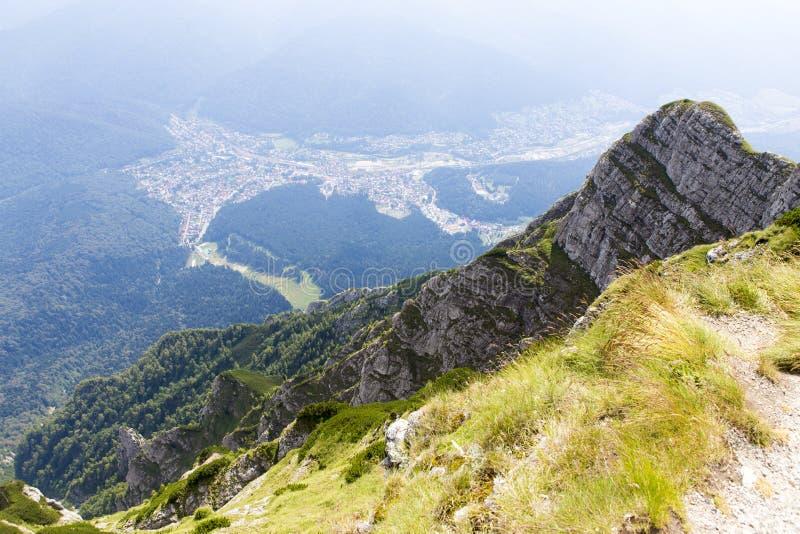 Άποψη πόλεων Busteni από το σταυρό Caraiman στοκ εικόνες με δικαίωμα ελεύθερης χρήσης