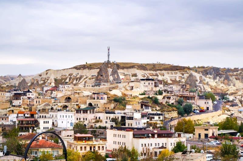 Άποψη πόλεων Cappadocia με το χαρακτηριστικό τοπίο φύσης στοκ εικόνα με δικαίωμα ελεύθερης χρήσης