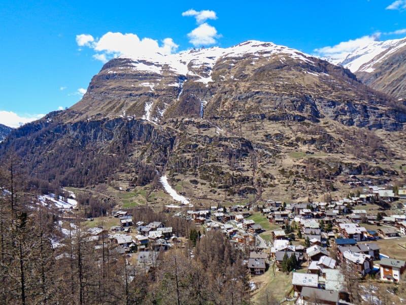 άποψη σε ένα μικρό χωριό στα ελβετικά όρη στοκ εικόνες