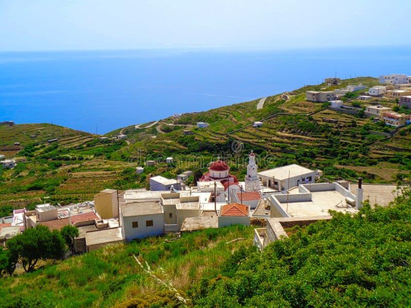 άποψη σε ένα μικρό χωριό στην Ελλάδα στον κόλπο στοκ εικόνες
