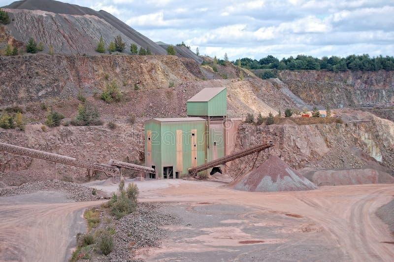 Άποψη σε ένα ορυχείο λατομείων και έναν πέτρινο θραυστήρα στοκ εικόνα με δικαίωμα ελεύθερης χρήσης