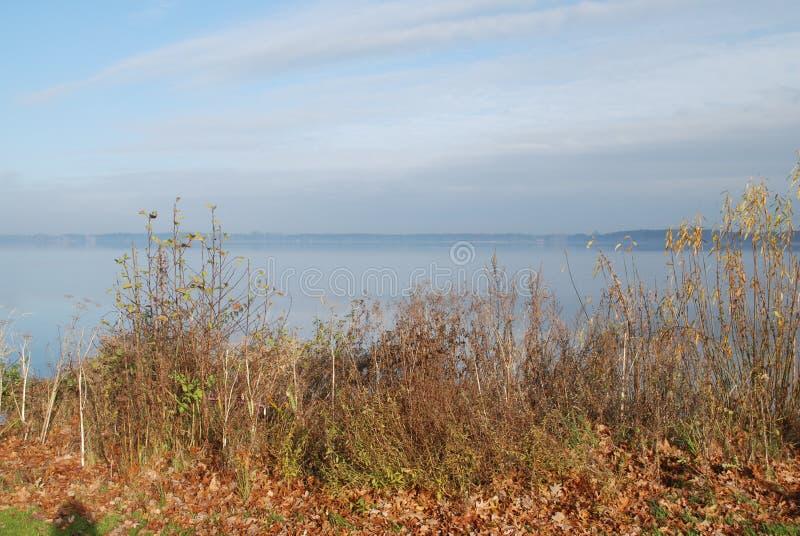 Άποψη σε μια μεγάλη λίμνη στοκ φωτογραφία με δικαίωμα ελεύθερης χρήσης