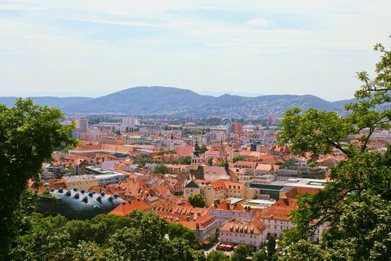 άποψη σε μια πόλη από το δέντρο στοκ εικόνες