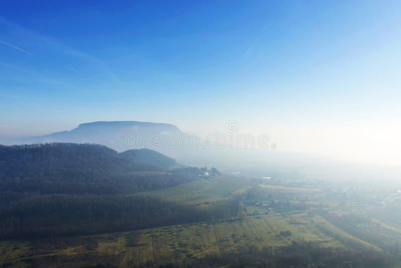 Άποψη σε Badacsony στην ομίχλη από Szigliget στοκ εικόνα με δικαίωμα ελεύθερης χρήσης