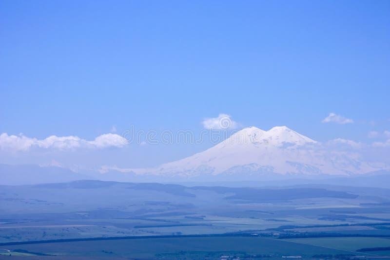 Άποψη σε Elbrus από το besh-TAU υποστηριγμάτων πανόραμα στοκ εικόνα