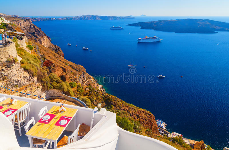 Άποψη σε Fira στον καφέ που αγνοεί Caldera και το κρουαζιερόπλοιο εν πλω santorini της Ελλάδας στοκ εικόνες με δικαίωμα ελεύθερης χρήσης