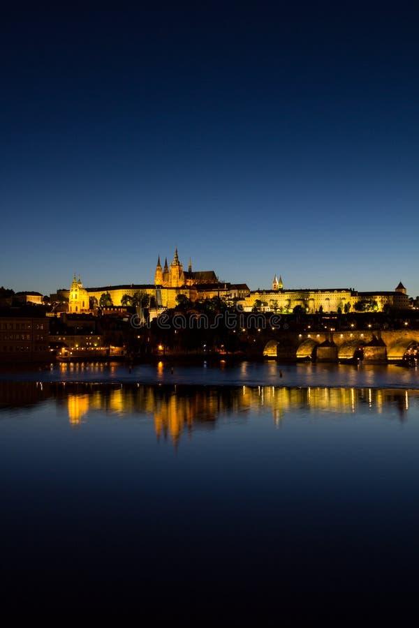 Άποψη σε Hradschin Castle, καθεδρικός ναός του ST Vitus και γέφυρα του Charles στην Πράγα τή νύχτα στοκ εικόνα με δικαίωμα ελεύθερης χρήσης