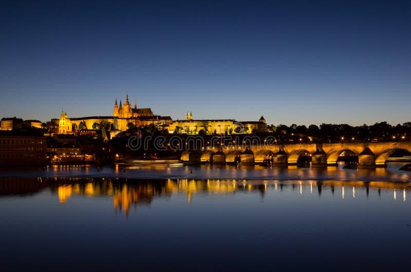 Άποψη σε Hradschin Castle, καθεδρικός ναός του ST Vitus και γέφυρα του Charles στην Πράγα τή νύχτα στοκ εικόνες