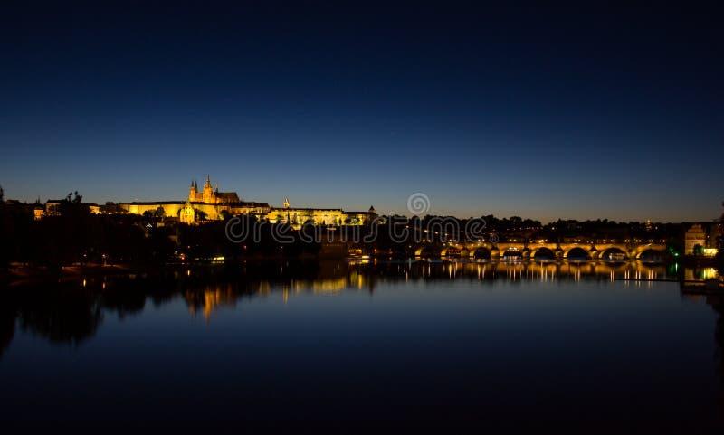 Άποψη σε Hradschin Castle, καθεδρικός ναός του ST Vitus και γέφυρα του Charles στην Πράγα τή νύχτα στοκ φωτογραφίες με δικαίωμα ελεύθερης χρήσης