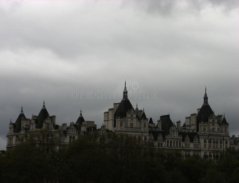 Άποψη - σπίτι με τα δέντρα και τον ουρανό στοκ φωτογραφία