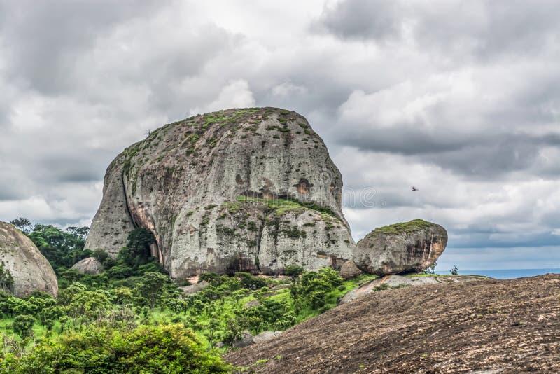 Άποψη στα βουνά Pungo Andongo, Pedras Negras & x28 μαύρο stones& x29 , τεράστια γεωλογικά στοιχεία βράχου στοκ εικόνες