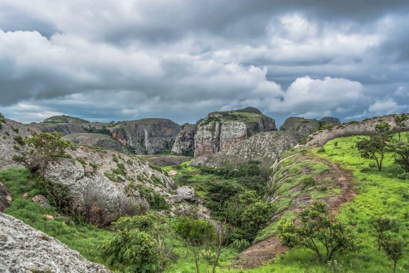 Άποψη στα βουνά Pungo Andongo, Pedras Negras ( μαύρο stones) , τεράστια γεωλογικά στοιχεία βράχου στοκ φωτογραφία